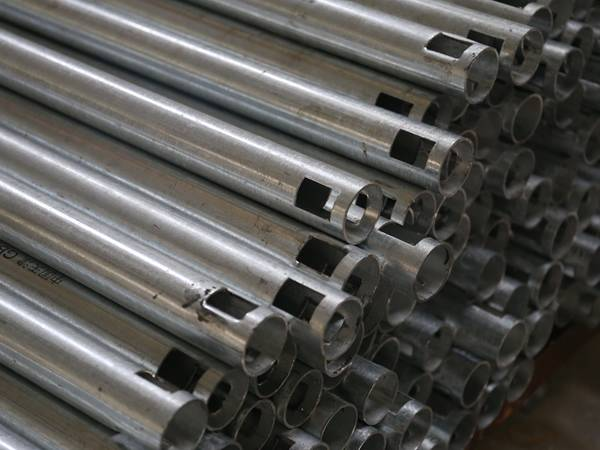 There are a lot of hot dipped galvanized pipes.